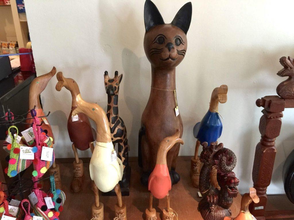 馬來西亞_沙巴綠中海_飯店內商品販售的木雕作品