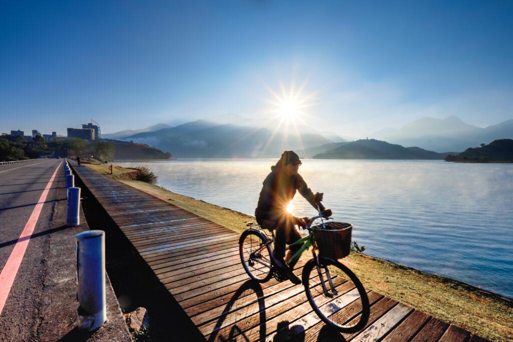 2021自行車旅遊年|盤點全台最美的5條自行車道 台灣 南投 日月潭 shutterstock 1207947697