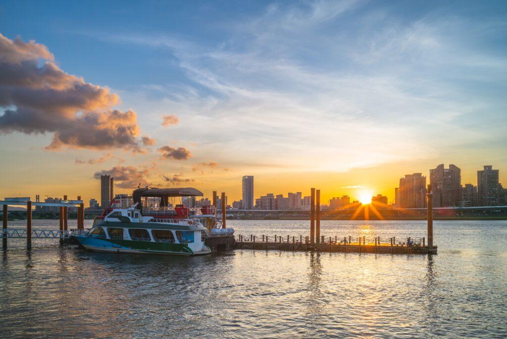 2021自行車旅遊年|盤點全台最美的5條自行車道 台灣 台北 大稻埕碼頭shutterstock 1471838645