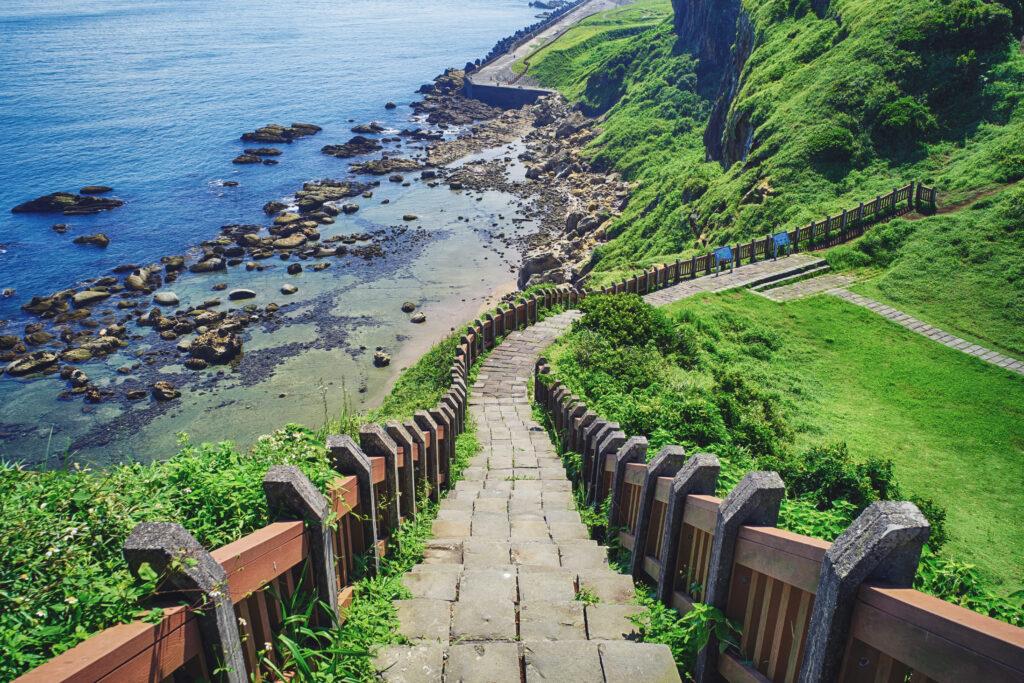 基隆.北海岸|象鼻岩、老梅綠石槽、鐵道自行車、神秘海岸、石門洞.12個必訪美拍秘境大公開 shutterstock 669675436 1